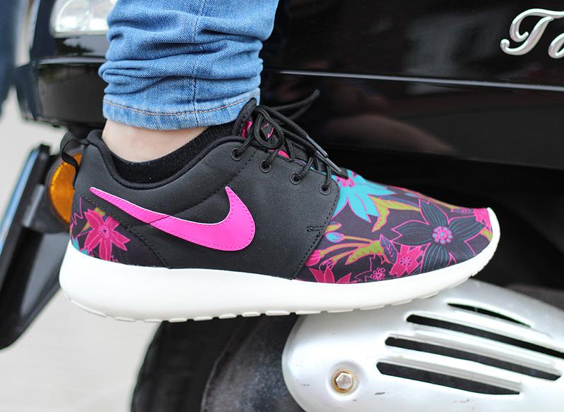 Nike WMNS Roshe One Print Schwarz Pink Tuerkis Creme - 749986-061