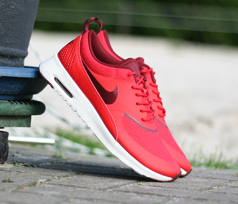 nike wmns air max thea action red team red sail 599409 603. Black Bedroom Furniture Sets. Home Design Ideas