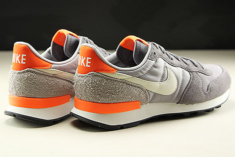Nike WMNS Internationalist Gunsmoke Summit White Atmosphere Grey Rueckansicht