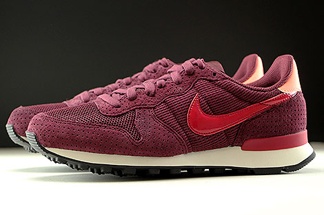 Nike WMNS Internationalist SE Night Maroon Noble Red Profile